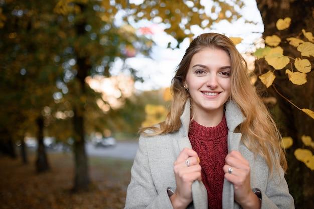 Portret pięknej kobiety jesienią
