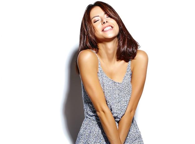 Portret pięknej kobiety model w letnie ubrania bez makijażu na białej ścianie