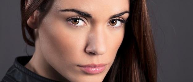 Portret pięknej kobiety model w studio