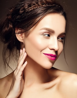 Portret pięknej kobiety model z świeży makijaż dzienny i czerwone usta