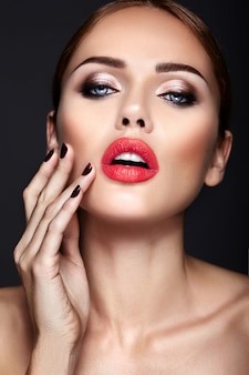 Portret pięknej kobiety model z wieczorowy makijaż i romantyczną fryzurę.