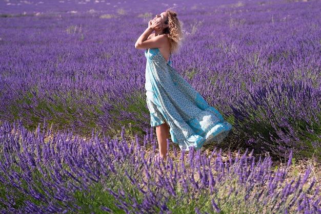 Portret pięknej kobiety mody na polach lawendy odwiedzającej valensole prowansję we francji na lato