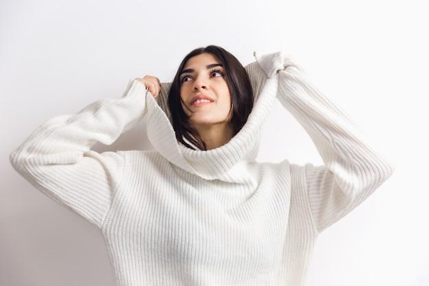 Portret pięknej kobiety na białym tle studio komfort ciepły w koncepcji zimy