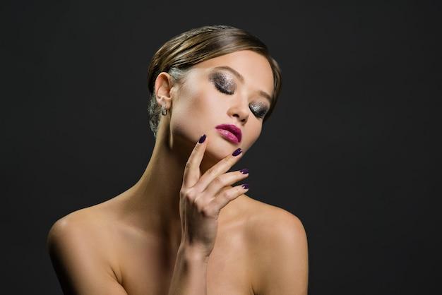 Portret pięknej kobiety na ciemnym tle
