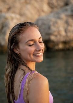 Portret pięknej kobiety na plaży