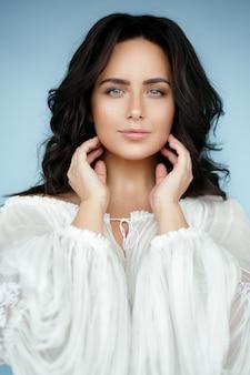 Portret pięknej kobiety na sobie tradycyjne rumuńskie ubrania