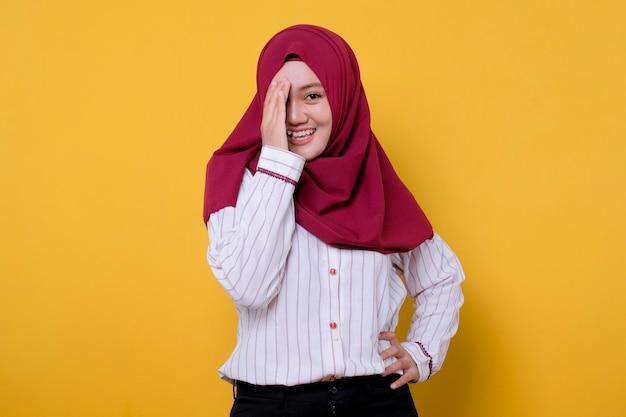 Portret pięknej kobiety noszącej hidżab zamknij oczy, nieśmiała i uśmiechnięta, rozweselić wyraz