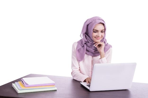 Portret pięknej kobiety noszenia hidżabu
