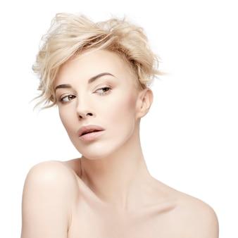 Portret pięknej kobiety o czystej skórze