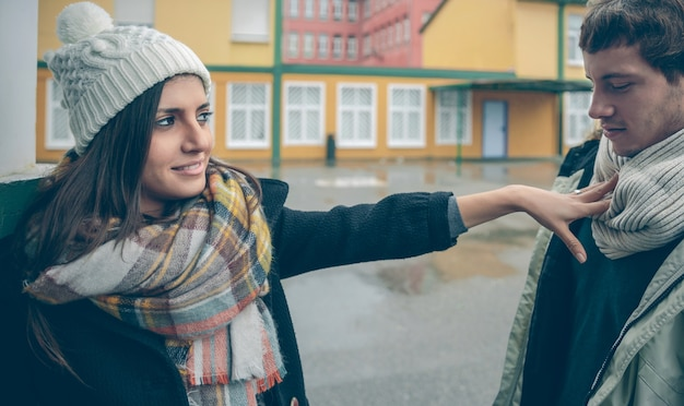 Portret pięknej kobiety odrzucając ręką młodego człowieka po kłótni na zewnątrz. para relacji i koncepcji problemów.