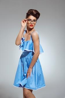 Portret pięknej kobiety pin-up w okularach