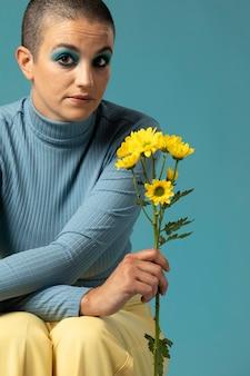 Portret Pięknej Kobiety Pozującej W Golfie Z żółtymi Kwiatami Premium Zdjęcia