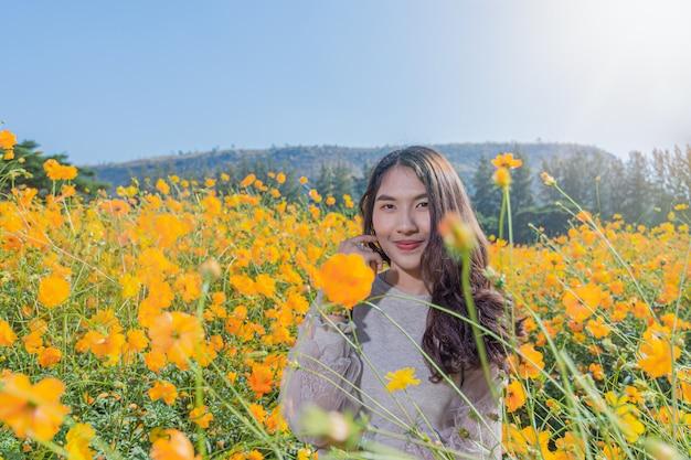 Portret pięknej kobiety pozuje do fotografii odwiedź yellow flower fields w jim thompson farm