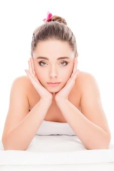 Portret pięknej kobiety relaks w salonie spa