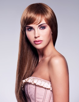 Portret pięknej kobiety sexy z długimi włosami. modelka z prostą fryzurą