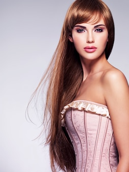 Portret pięknej kobiety sexy z długimi włosami