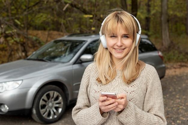 Portret pięknej kobiety słuchająca muzyka