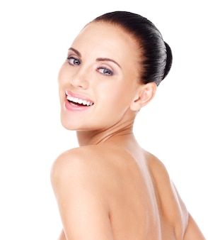 Portret pięknej kobiety śmiejąc się ze zdrową, świeżą skórą - na białym tle