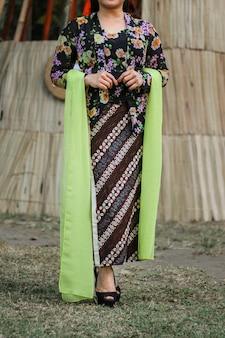 Portret pięknej kobiety sobie kebaya. jawajskie tradycyjne stroje