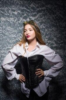 Portret pięknej kobiety steampunk na tło.