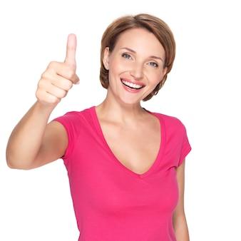 Portret pięknej kobiety szczęśliwy dorosłych z kciuki do góry znak na białej ścianie