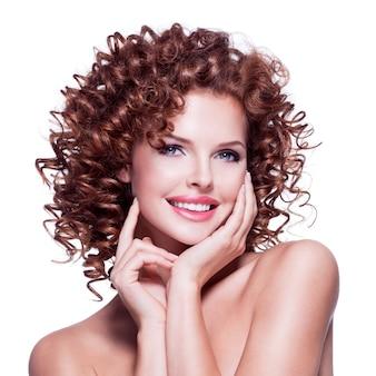 Portret pięknej kobiety szczęśliwy z brunetka kręcone włosy pozowanie - na białym tle.