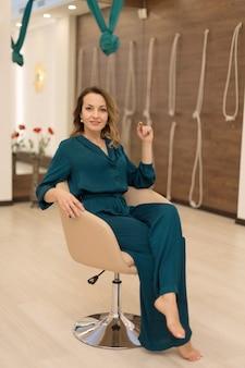 Portret pięknej kobiety trener jogi pozuje na zajęcia jogi.