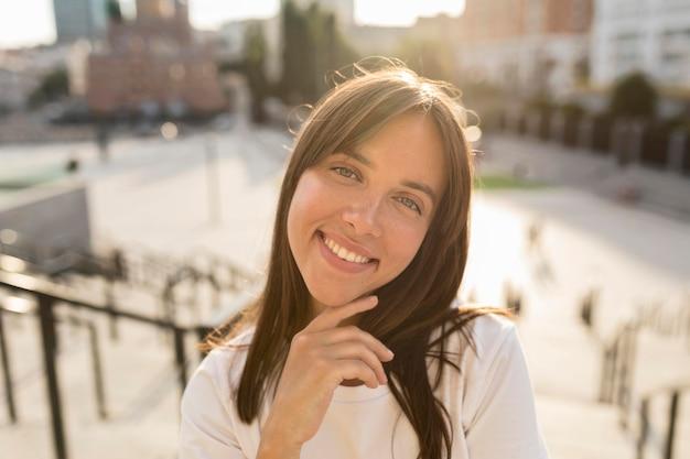 Portret pięknej kobiety uśmiechnięty na zewnątrz