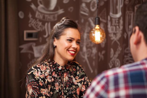 Portret pięknej kobiety w barze. hipsterski pub.