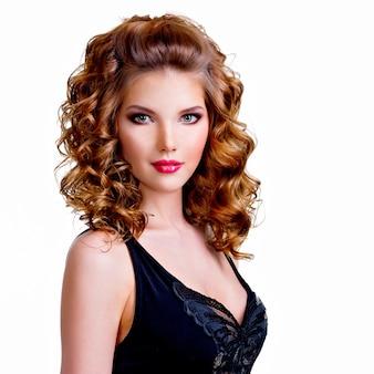 Portret pięknej kobiety w czarnej sukni z kręconymi włosami - na białym tle na białym tle