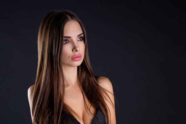 Portret pięknej kobiety w czarnym staniku na czarno