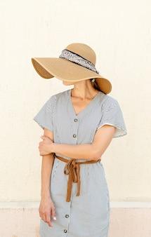 Portret pięknej kobiety w eleganckim letnim kapeluszu