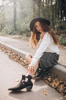 Portret pięknej kobiety w jesiennym parku