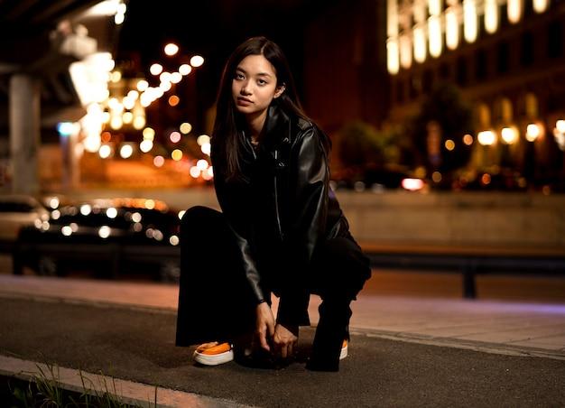 Portret pięknej kobiety w mieście nocą