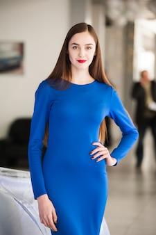 Portret pięknej kobiety w niebieskiej sukience