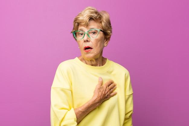 Portret pięknej kobiety w podeszłym wieku