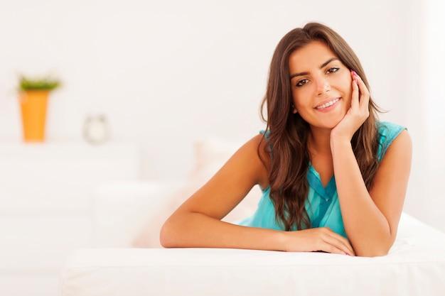Portret pięknej kobiety w salonie