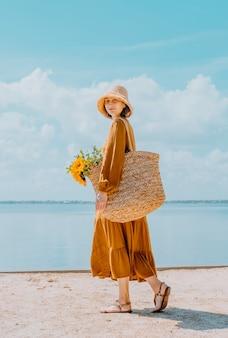 Portret pięknej kobiety w słomkowym kapeluszu zbliżenie twarzy romantycznej dziewczyny cieszącej się latem