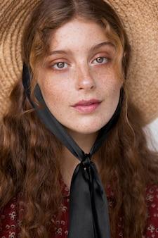 Portret pięknej kobiety w słomkowym kapeluszu