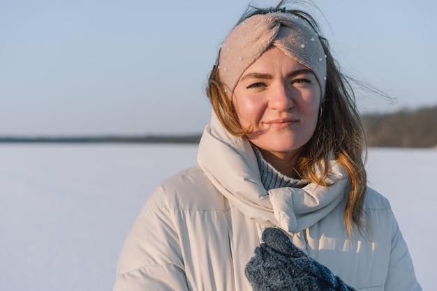Portret pięknej kobiety w zimie