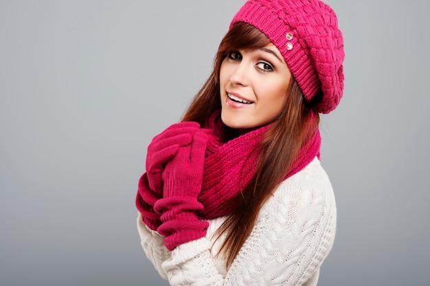 Portret pięknej kobiety w zimowe ubrania