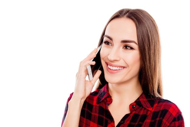 Portret pięknej kobiety wesoły rozmawia przez telefon komórkowy