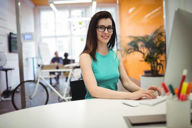 Portret pięknej kobiety wykonawczej pracy przy biurku