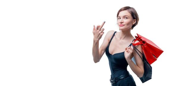 Portret pięknej kobiety z czerwonymi opakowaniami