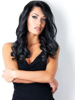 Portret pięknej kobiety z długimi brązowymi włosami uroda -