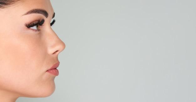 Portret pięknej kobiety z długimi rzęsami