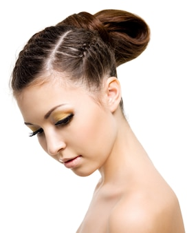 Portret pięknej kobiety z fryzurą w stylu warkocza. na białej przestrzeni