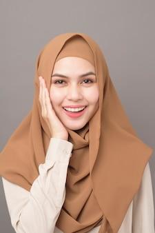 Portret pięknej kobiety z hidżabu uśmiecha się