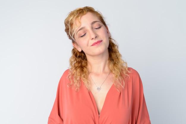 Portret pięknej kobiety z kręconymi blond włosami na białym tle