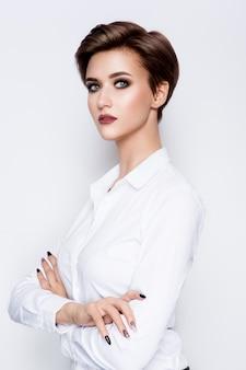 Portret pięknej kobiety z krótkimi włosami